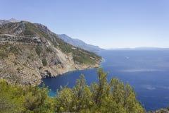 Dalmatinische Küstenlinie mit seiner Klippe und Straßen durch Berge Stockfotografie