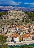 Dalmatinski de Novigrad et montagne de Velebit Photographie stock