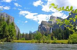 Dalsikten av den Bridalveil nedgången och El Capitan vaggar, Yosemite, den Yosemite nationalparken Royaltyfri Foto
