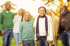 Dalsza rodzina pozuje z ciepłym odziewa Zdjęcia Royalty Free