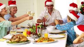 Dalsza rodzina wznosi toast przy boże narodzenie gościem restauracji zbiory