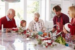 Dalszej Rodziny Grupowego narządzania Bożenarodzeniowy posiłek W kuchni obrazy royalty free