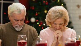 Dalszej rodziny modlenie przed Bożenarodzeniowym posiłkiem, obiadowy błogosławieństwo, wakacyjny duch zdjęcie wideo