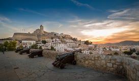 Dalt Vila fästning på solnedgången Arkivbild