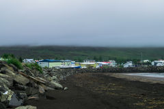 Dalvik-Strand, mit bewölkten Himmeln lizenzfreie stockfotos