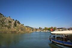岩石坟茔和dalyan河Dalyan的,土耳其 库存照片