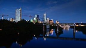Dam Bird sjö och i stadens centrum Austin vid natt Royaltyfri Bild