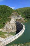 Dam in de bergen die tot een kunstmatig meer leiden Royalty-vrije Stock Foto's
