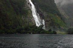 Dam Elizabeth Bowen Falls på Milford Sound, Nya Zeeland Royaltyfri Fotografi