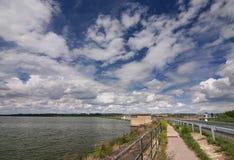 Dam en verbazende hemel met wolken stock foto
