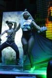 Dam Gaga som direkt utför på O2en i London Arkivbilder