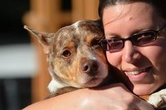 Dam Hugging hennes hund Royaltyfria Foton