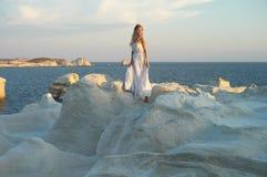 Dam i den vita klänningen i ett ovanligt landskap royaltyfria bilder