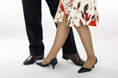 Dam i färgrik kjol med en danspartner Royaltyfri Fotografi