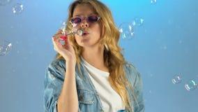 Dam i modeexponeringsglas som gör såpbubblor och att ha gyckel, exponeringsglas för varje smak stock video