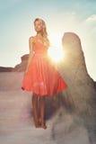 Dam i röd klänning i ett ovanligt landskap Royaltyfria Bilder