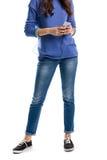 Dam i sweaterhålltelefon Royaltyfria Bilder