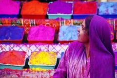 Dam i violeten som täckas i målarfärg på den Holi festivalen, Royaltyfria Bilder