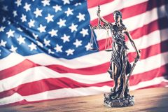 Dam Justice och amerikanska flaggan Symbol av lag och rättvisa med U arkivfoto