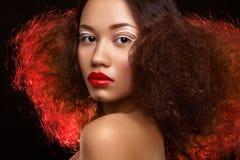 Dam med den härliga frisyren och ovanlig makeup Royaltyfri Foto