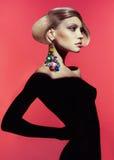 Dam med den stilfulla frisyren fotografering för bildbyråer