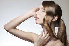 Dam med idérik skinande hår-stil Royaltyfri Bild