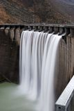 Dam met een waterval Royalty-vrije Stock Afbeeldingen