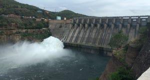 Dam met rokerig water met kracht stock fotografie