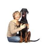 Dam och hund som tillsammans sitter Royaltyfria Foton