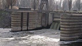 Dam op de rivier stock footage