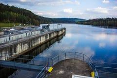 Dam op de Vltava-rivier Stock Foto
