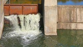 Dam op een kleine rivier Waterval Landschap van de herfst stock video