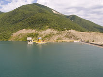 Dam op meer Zhinvali. Stock Afbeelding