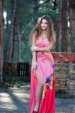 Dam som bär den eleganta långa klänningen Royaltyfria Bilder