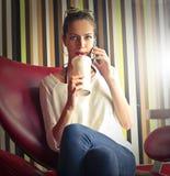 Dam som dricker milkshake fotografering för bildbyråer