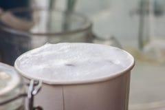 Dam som häller ny kaffeis Arkivfoton