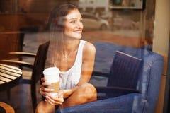 dam som har kaffe eller te på kafét royaltyfria foton