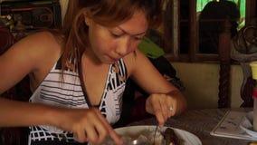 Dam som hemma äter lunch arkivfilmer