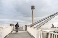 Dam som kör hennes cykel Royaltyfri Fotografi