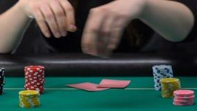 Dam som sätter segrade chiper på jämbördiga högar, pokerturnering, dobbleri och kasino stock video