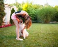Dam som spelar med hennes hund Royaltyfria Bilder