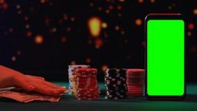 Dam som trycker på långsamt spela tecken och pengar som inviterar för att spela i online-kasino stock video