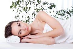 Dam som vilar efter massage Arkivbild