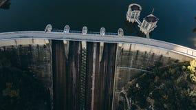 Dam van het Sau-Reservoir in de Provincie van Girona, Catalonië, Spanje Verbazend satellietbeeld in een zonnige dag royalty-vrije stock foto