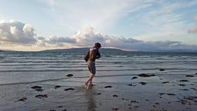 Dama bieg puszek plaża podczas zmierzchu zbiory wideo