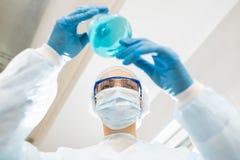 Dama chemik egzamininuje kolor ciecz zdjęcia royalty free