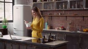 Dama cieszy się azjatykcią kuchnię w mieszkaniu zbiory