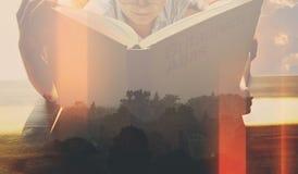 Dama czyta książkę o tajemnicach świat zdjęcie royalty free
