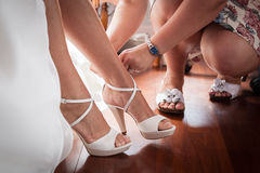 Ayuda llevar a la novia los zapatos Imagenes de archivo