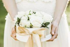 Dama de honor que sostiene una caja de rosas Caja de Rose Regalo hermoso con las rosas blancas Foto de archivo libre de regalías